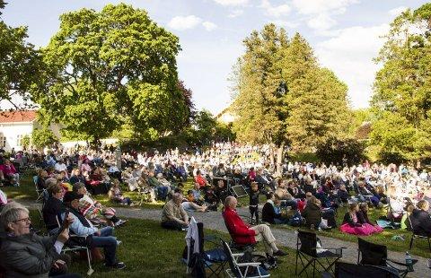 Tollerodden: Når koret Kick byr på konsert på Tollerodden kommer det alltid masse folk som nyter både området og sangen.                  foto: per albrigtsen