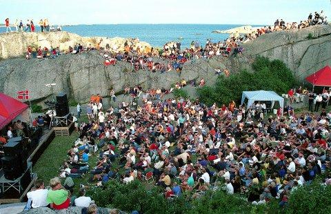 FORNET: Fra en sommerkonsert med gruppa «de Lillos» på Fornet. Gruppas leder, Lars Lillo-Stenberg, er sommerboer i Kjerringvik. Foto: Jorunn Litland.