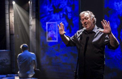 Etterlyser Jesus: Bjørn Eidsvåg har med seg Svein Tinberg og bandet sitt på turne med forestillingen «Etterlyst: Jesus». 12. og 13. oktober stopper han i Bølgen.