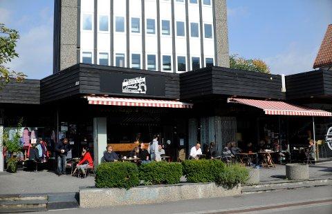 MØTESTED: Kaffe og The Spesialen er kafeen der folk møtes for en god kopp kaffe i Storgata.