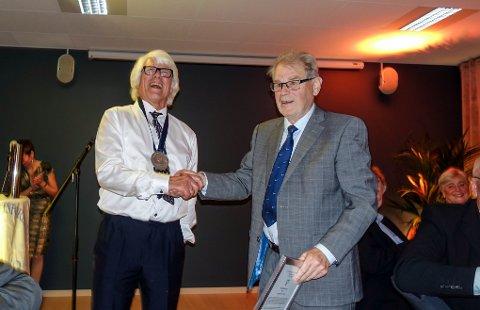 Jostein Myrvang ble tildelt friidrettsgruppas hedersmedalje. Tor Buaas, som fikk Jostein til å begynne med friidrett i 1957, overrakte medaljen.