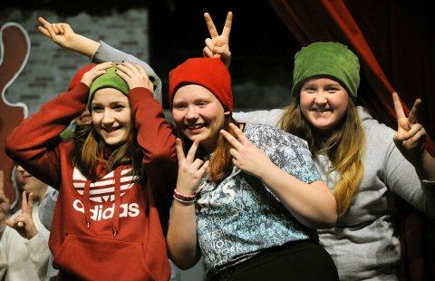 NISSENS HJELPERE: Jenny Elvine Andersen, Tonje Hvidsteen Andersen og Kristine Norum har hektiske dager på Teaterhuset Munken og på nissens juleverksted. 7. desember skal alt være klart for premiere.