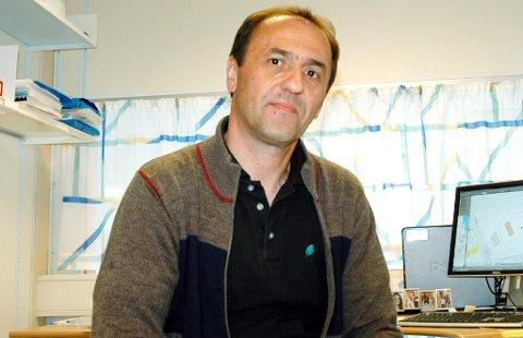 MULIG: Elvir Selimotic i Larvik kommune ser ikke bort fra at mange kunne spart penger på å installere vannmåler i boligen sin.