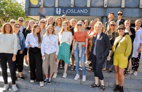 SOMMERMOTE: Denne gjengen fra Larvik sentrum vil gjerne vise deg sommer- og festivalmoten for i år under moteshowet som arrangeres på Torget torsdag 4. juli.