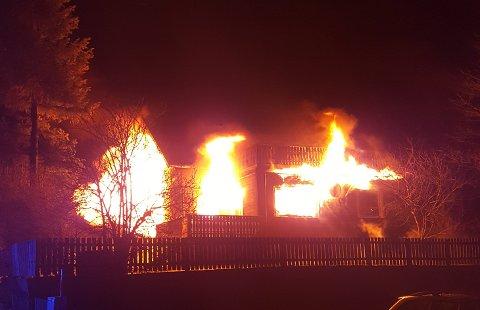 BRANN: Flammene tok godt tak i huset. Ingen personer kom fysisk til skade i brannen.