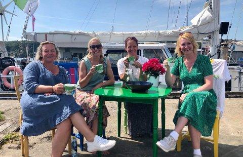 """""""SKRAVLEKOPP"""": Eirill Røsholt, Venke Knutson, Ingrid Remvik Leirvik og Cecilie Verde sto for arrangementet på Indre Havn i forbindelse med """"Skravlekopp""""-turneen tirsdag formiddag. Det er de alle enige om at ble stor suksess."""