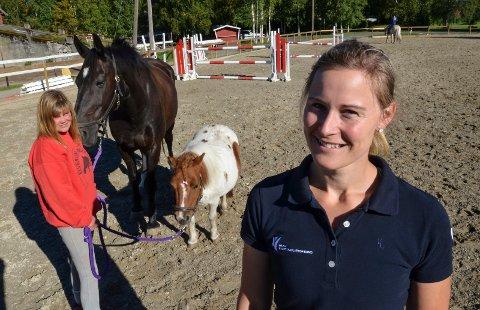 TERAPIRIDNING: Ane C. Kveseth bruker hest i behandlingen. Bak: Gry Aasgård med Lady og Sylvester.