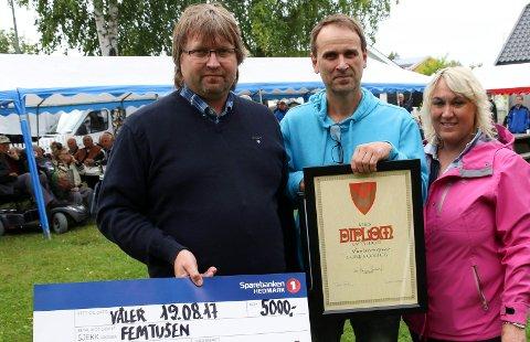 KULTURPRISEN:  Kjell Erik Rostille, i midten, tok i mot prisen til Vålerrevyen, overrakt av kultursjef Cahrine Hagen og varaordfører Espen Svenneby.