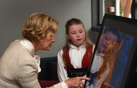 IMPONERT: Dronning Sonja lot seg imponere av Hanna Nordnes Bækkens kattetegning.