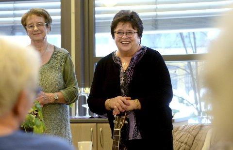 SANGGLADE DAMER: – Det betyr så mye for oss å kunne komme ut til de eldre for å synge, sier Mona Bakke Martinsen (til høyre) og Mary Myhre Løkken fra Elverum.