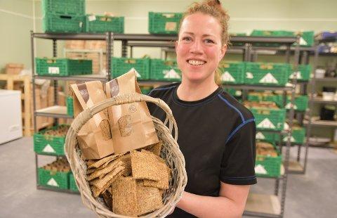 GRÜNDER: Henny Kildahl startet flatbrødbakeriet Nosim i Nordbygda for fire år siden. Nå produserer hun også knekkebrød, og kjeks er under utprøving.