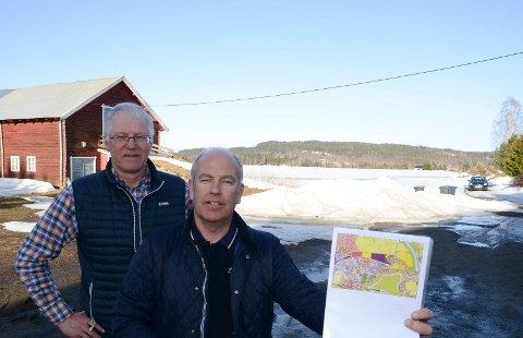 IKKE FORNØYD: Lars Mæhlum og Lars Opsal jr i Jordvernalliansen i Hedmark er ikke fornøyd med at Åsnes kommune vil ta i bruk dyrket mark på Flisa til bolig - og næringsformål.