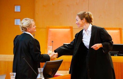Aktor, statsadvokat Iris Storås (t.v.), hilser på ektemannens forsvarer, advokat Ida Andenæs, før retten settes på Hamar. Foto: Vidar Ruud / NTB scanpix