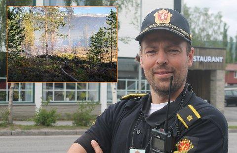 POLITET: Politiførstebetjent Hans Petter Eidsvåg rykket ut fra Tynset som innsatsleder i forbindelse med skogbrannen i Folldal søndag. Foto: Trond Findahl/Jan Kristoffersen