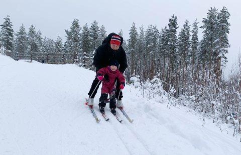 NYE SKI: Live Helene Voldsdal Grønnvoll (3 1/2) ville nesten ikke hjem etter skituren med far Hans Agnar Grønnvoll.