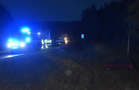 PÅ ALLE FIRE: Bilen kom, ifølge politiet, kjørende fra Tolga og skjente over i motsatt kjørefelt og ut i grøfta der den står på alle fire hjul.