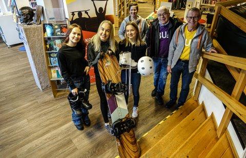 POPULÆRT: Malin Frysjøenden og søstrene Mina og Selma Embretsenvar innom BUA i Åsnes for å låne snowbordutstyr. De ansvarlige ved BUA i de tre Solør-kommunene, Katinka Eriksen,  Einar Korbøl og Erik Aagaard er klare til å skaffe mer utstyr.