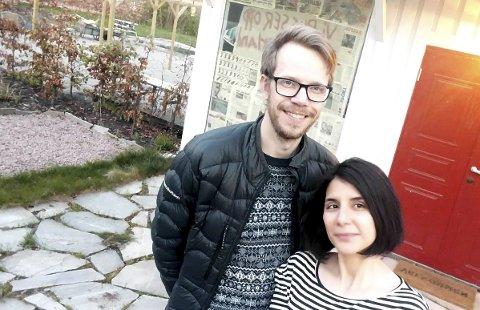 Andreas Harvik og Sandy Farazjou  står her foran sitt livsverk, Villa Veierland. De gledet seg til å åpne dørene. Foto: Privat