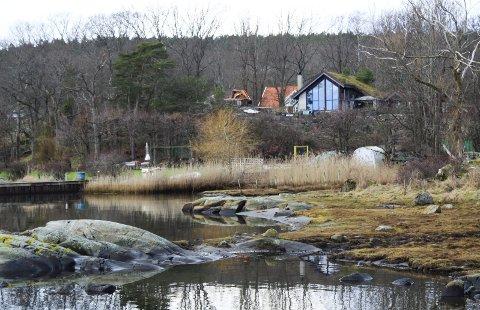 Ved sjøen: Grimestadstranda 25c var tidligere en fritidseiendom. Dagens eiere har hatt den siden 1995 og benyttet den som bolig. Også ferdselsstriden som går her, har nå vart noen år. Kanskje blir det politisk behandling denne høsten.
