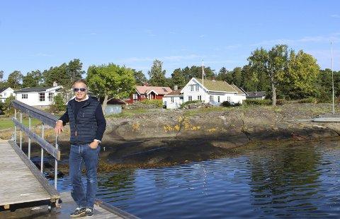 Hektisk sommer: Megler Jørgen E. Pettersson hos Krogsveen har hatt en travel sommer med stor interesse for fritidseiendom, og etterspørselen er langt større enn tilbudet. Meglerfirmaet har meglet flest hytter i Færder i år med cirka 35 prosent av salgene, det vil si rundt 15 av 40. Eiendommen bak i Flekkenveien solgte han i fjor høst, akkurat den er det for øvrig boplikt på. Foto: Nina T. Blix