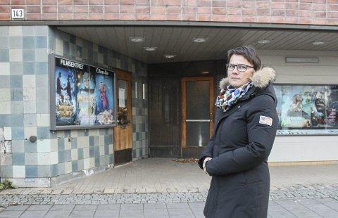 BEFARING: Hanne Birte Hulløen leder arbeidet med ny kulturminneplan og har tatt inn den gamle delen av kinoen. Hun er overrasket over flere av endringene som er gjort på det vernede bygget.