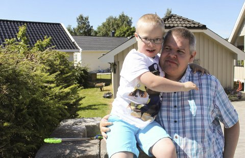 Adrian og pappa Kjell Vestnes hjemme på Øyekast. I mai ble det klart at et vellykket undervisningsopplegg for 7-åringen med Downs ikke kunne fortsette, fordi skolen må spare inn enda mer penger. Vestnes er provosert av at kommunale kutt rammer svake.