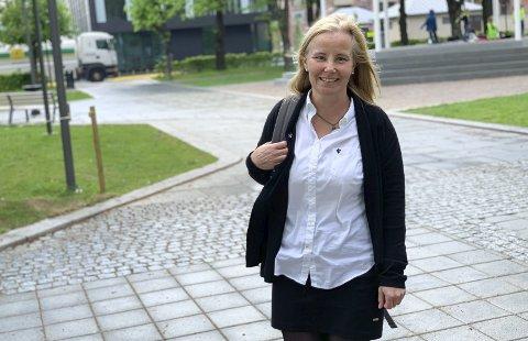 BYUTVIKLING: På farta mellom to møter, den nye byutviklingssjefen Ebba Friis Eriksen i rådhusparken som er nyåpnet i ny design etter store investeringer.