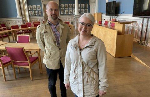 FIKK OMVISNING: Mari Knudtsøn og Tommy Ballestad i Folkeaksjonen nei til mer bompenger (FNB) fikk omvisning i rådhuset torsdag ettermiddag. Knudtsøn er helt ny i politikken. Hun lover at hun kommer til å si fra dersom hun oppdager urettferdighet.