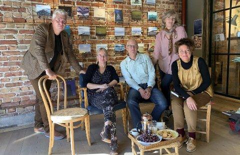 KLARE FOR FESTIVAL: Fra venstre: Per Erik Buchanan Andersen, Hanne Christensen, Rune Klakegg, Elisabeth Bärwald og Astrid Borchgrevink Lund. Andersen sier at de synes det er fint at man kan ha arrangementer under litteraturfestivalen andre steder i byen.