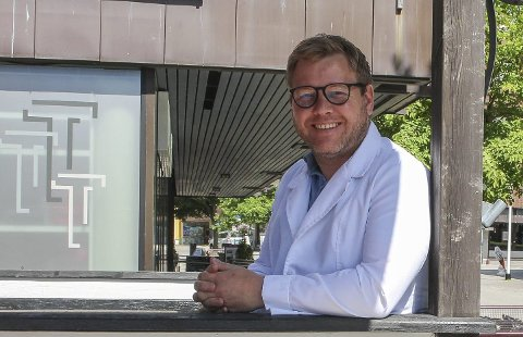 SPÅR ØKNING: Hudlege Kristian Bakke Arvesen tilbyr digitale konsultasjoner gjennom skjønnhetssalongen Beauty Bar i Storgata. Han forventer økning i hudlidelser relatert til munnbindbruk nå som Porsgrunn kommune har innført munnbindkrav på buss og i butikker.