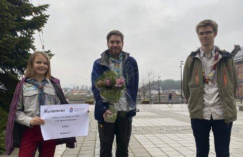 GLADE: Speiderne Celina Samuelsberg, Christoffer Stovnes og Håvard Nybøe mottok på vegne av Porsgrunn FSK Speidergruppe 8.500 kroner fra Kystlotteriet etter å ha plukket søppel langs Frierfjorden.