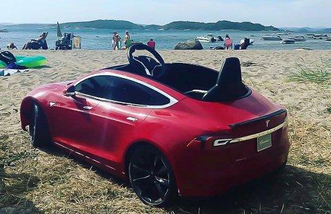 STJÅLET: Den lille røde Teslaen har vært godt brukt.