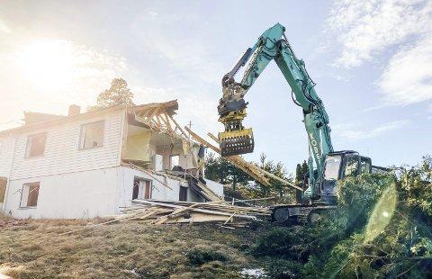 PINNEVED: Hva som skjer videre i saken nå, etter at huset er revet og både byggetillatelse og fradeling er trukket tilbake, er helt uvisst. Saken kan ende i ny loop med klagerunder.