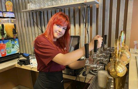 Gleder seg: Monika Donskyte (20) ser fram til å ta imot musikkglade gjester til årets første offisielle konsert på den nye puben i Langangen i helga.