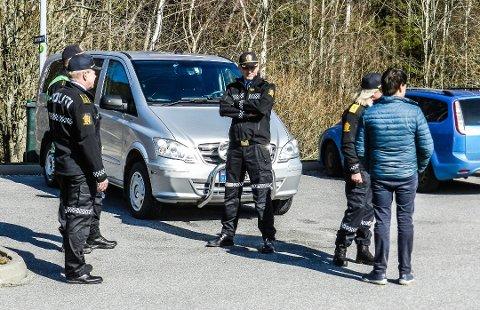 FØLGER MED: Nærpolitisjef Tor Løwengreen (i midten) forteller områder skal sperres og at politiet vil følge med fra tidlig morgen og sent på kveld. Foto:Hanne Eriksen