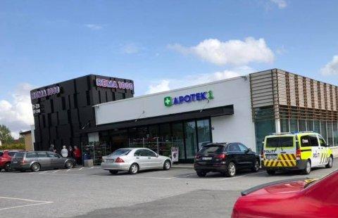 Etterlyser vitner: Det var mange vitner til episoden som skjedde lørdag klokken 15:26 ved Rema 1000 i Rakkestad sentrum.