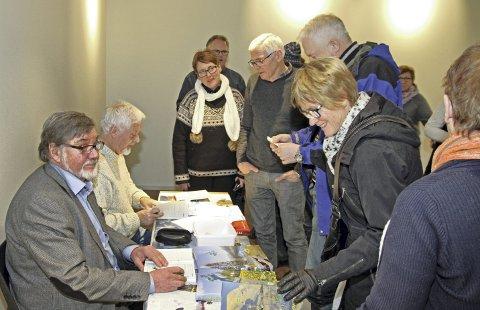 Bokslipp: Trilogien om Villmarksveien ble sluppet i desember, med 150 personer som møtte opp på Fjellfolkets hus i Hattfjelldalen. Forfatterne Dag Brygfjeld og Per Omar Hoel (til venstre i bildet) har brukt fire år på bøkene.Foto: Gunder Gardsmark