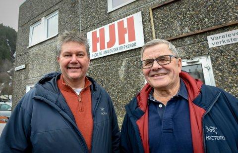 Daglig leder Hans Johnny Høgås (t.v.) og styreleder Thore Michalsen er meget godt fornøyd med utviklingen i bedriften, og kan takke et tett samarbeid med Hæhre for det.