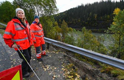 Hydrolog Linda Nilsen og geotekniker Ida Bohlin inspiserte raset nær veibanen til E6 i Jamtlibakken. – Her er det bare å fylle opp, sier de to.