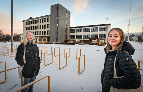 Andrea Gjerdrum (15) og Caroline Langmo (15) er glade for at de får ha undervisning på skolen.