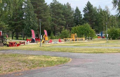 DE PLEIDE Å LEKE HER: På en vanlig sommerdag kryr det av nordnorske barn på campingen i Luleå. Nå er lekeplassen tom.