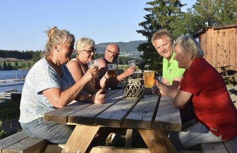 Populært: Ølsalget har gått opp tre prosent i første halvår av 2018, med en økning på litt over en prosent i juni måned. Her fra en sak om ølpriser i Ringsaker tidligere i sommer. På bildet ser vi (f.v.) Dagrun Kordahl, Tone Kordahl, Knut Evensen, Kjetil Bjørnhaug og Anne Karin Christensen som koser seg med øl på Mjøsa Ferie og Fritidssenter. Foto: Thomas Strandby