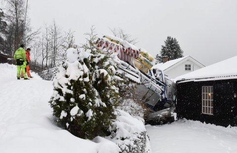 RETT I HUSVEGGEN: Det gikk galt på glatta for denne lastebilen i Moelv mandag.