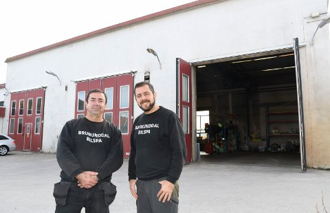 Ny eiere: Talib Ali (t.v.) og Rashid Mahmoud har kjøpt Brumundal Bilspa i Mausetvegen 4.