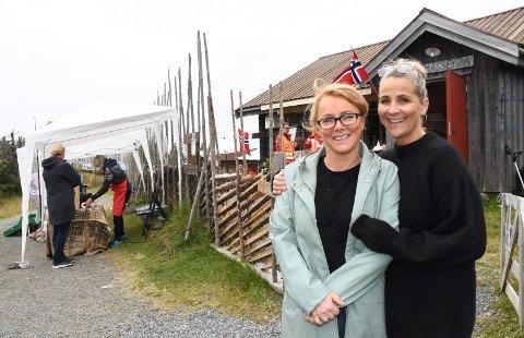 Fornøyde: Sige Fiske Amdal (t.v.) og Nina Brekke har overtatt driften på Rømåssetra. De er strålende fornøyde med sommeren så langt. Lørdag var det Rømåsstevnet.