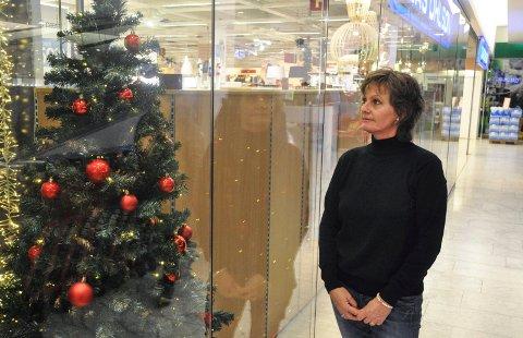 Juletrær i plast pryder stadig flere julepyntede hjem. Men det ekte treet knep seieren såvidt i avstemningen på ringblad.no. På bildet: Randi Høibakk.