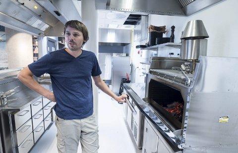 Det er Argentinsk tre i grillen i Sørsida Grill & BBQ forklarer Jonas Gythfeldt.