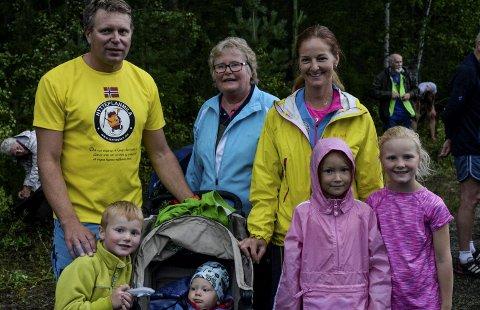 Knut Sundberg og Ellen Risberg skal løpe parmaraton i Ringeriksmaraton. Her med barna Theodor, Sebastian, Angelica og Amalie, og farmor Anne Marit.