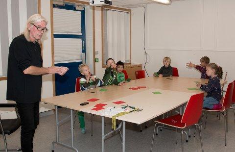Lek: Rune Haukum på Jevnaker kulturskole lærer barna å klappe rytmer.