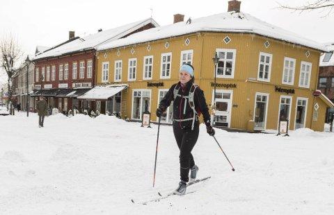 Søndre torg: Med skikkelig vinter går det fint med ski i sentrum for Trude Berg Hauge.